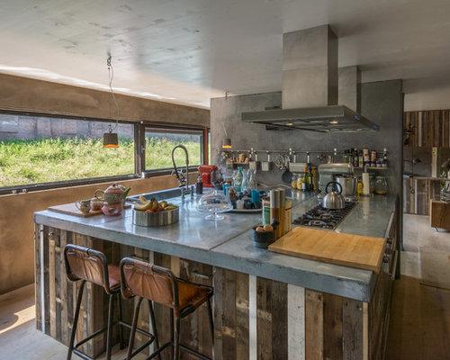 cuisine avec des portes de placard en bois vieilli et un plan de travail en inox photos et. Black Bedroom Furniture Sets. Home Design Ideas