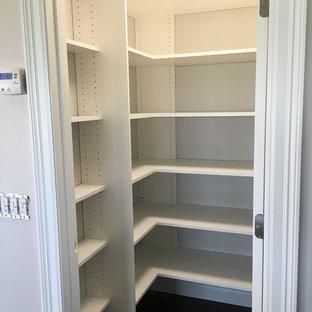 Moderne Küche mit Vorratsschrank, offenen Schränken, weißen Schränken, Küchenrückwand in Weiß und Porzellan-Bodenfliesen in Miami
