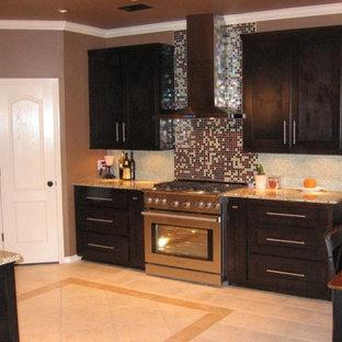 オースティンの中くらいのモダンスタイルのおしゃれなキッチン (フラットパネル扉のキャビネット、黒いキャビネット、御影石カウンター、マルチカラーのキッチンパネル、モザイクタイルのキッチンパネル、シルバーの調理設備、セラミックタイルの床、アイランドなし) の写真