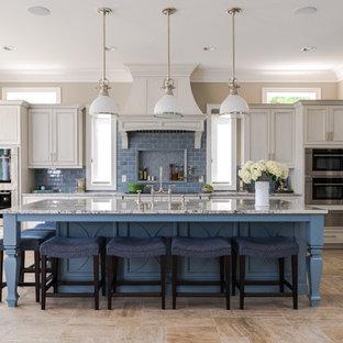 Esempio di una cucina a L stile marinaro con ante blu, paraspruzzi blu, paraspruzzi con piastrelle diamantate, isola, pavimento beige e ante con riquadro incassato