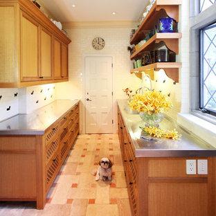 Zweizeilige, Mittelgroße Klassische Küche mit hellbraunen Holzschränken, Edelstahl-Arbeitsplatte, Küchenrückwand in Weiß, Rückwand aus Porzellanfliesen, Keramikboden und rosa Boden in New York