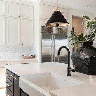Ejemplo de cocina en L, moderna, grande, abierta, con armarios estilo shaker, puertas de armario blancas, encimera de cuarcita, salpicadero blanco, electrodomésticos de acero inoxidable, suelo de madera clara, una isla, suelo beige y encimeras blancas
