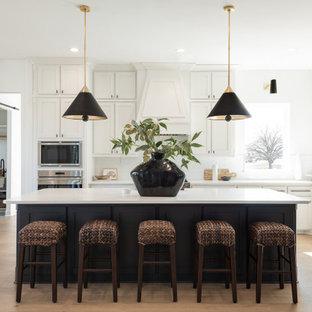 Esempio di una grande cucina chic con ante in stile shaker, ante bianche, top in quarzite, paraspruzzi bianco, elettrodomestici in acciaio inossidabile, parquet chiaro, isola, pavimento beige e top bianco