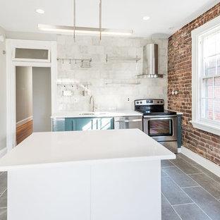 ウィルミントンの小さいモダンスタイルのおしゃれなキッチン (アンダーカウンターシンク、オープンシェルフ、白いキャビネット、珪岩カウンター、白いキッチンパネル、セラミックタイルのキッチンパネル、セラミックタイルの床) の写真
