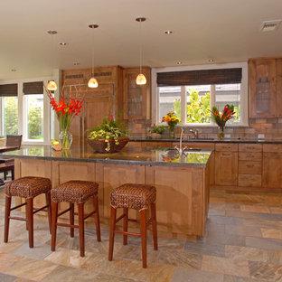 Offene, Mittelgroße Klassische Küche in L-Form mit Unterbauwaschbecken, Schrankfronten im Shaker-Stil, hellbraunen Holzschränken, Granit-Arbeitsplatte, Küchenrückwand in Beige, Elektrogeräten mit Frontblende, Kücheninsel, Rückwand aus Schiefer, Schieferboden und beigem Boden in San Diego