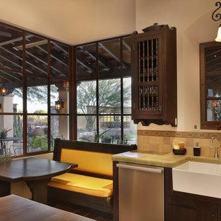 Esempio di una grande cucina american style con lavello stile country, ante lisce, top piastrellato, paraspruzzi con piastrelle in ceramica, elettrodomestici in acciaio inossidabile e isola