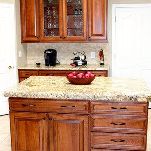 Offene, Große Klassische Küche in U-Form mit Triple-Waschtisch, profilierten Schrankfronten, hellbraunen Holzschränken, Granit-Arbeitsplatte, Küchenrückwand in Beige, Rückwand aus Steinfliesen, Küchengeräten aus Edelstahl, Porzellan-Bodenfliesen und Kücheninsel in Phoenix