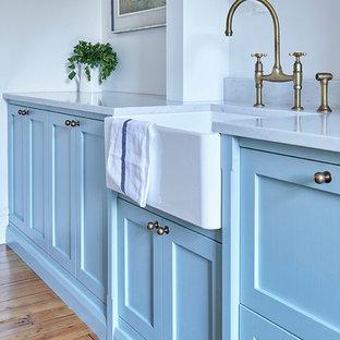 Foto på ett mellanstort vintage kök, med en rustik diskho, skåp i shakerstil, turkosa skåp, marmorbänkskiva, vitt stänkskydd, stänkskydd i tunnelbanekakel, rostfria vitvaror, mellanmörkt trägolv och en köksö