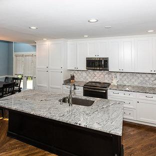 ルイビルのコンテンポラリースタイルのおしゃれなキッチン (シングルシンク、シェーカースタイル扉のキャビネット、白いキャビネット、御影石カウンター、グレーのキッチンパネル、大理石のキッチンパネル、シルバーの調理設備、淡色無垢フローリング、ピンクの床) の写真