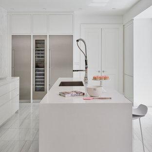 Idéer för att renovera ett stort shabby chic-inspirerat kök, med en undermonterad diskho, släta luckor, vita skåp, bänkskiva i koppar, vitt stänkskydd, stänkskydd i keramik, rostfria vitvaror, marmorgolv och en köksö