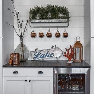 シカゴの中くらいのカントリー風おしゃれなダイニングキッチン (シェーカースタイル扉のキャビネット、白いキャビネット、白いキッチンパネル、塗装板のキッチンパネル、シルバーの調理設備) の写真