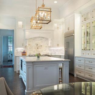 Inspiration för ett mycket stort vintage vit vitt kök, med en rustik diskho, vita skåp, bänkskiva i kvarts, vitt stänkskydd, stänkskydd i marmor, rostfria vitvaror, mörkt trägolv, en köksö, brunt golv och luckor med infälld panel