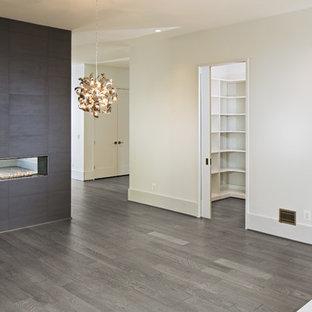 ワシントンD.C.の大きいモダンスタイルのおしゃれなキッチン (アンダーカウンターシンク、フラットパネル扉のキャビネット、グレーのキャビネット、クオーツストーンカウンター、青いキッチンパネル、ガラスタイルのキッチンパネル、シルバーの調理設備の、淡色無垢フローリング、白いキッチンカウンター、グレーの床) の写真