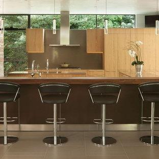 他の地域のモダンスタイルのおしゃれなマルチアイランドキッチン (フラットパネル扉のキャビネット、淡色木目調キャビネット、茶色いキッチンパネル、シルバーの調理設備の、茶色い床、茶色いキッチンカウンター) の写真