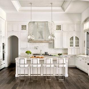 フェニックスの地中海スタイルのおしゃれなキッチン (アンダーカウンターシンク、インセット扉のキャビネット、白いキャビネット、白いキッチンパネル、モザイクタイルのキッチンパネル、パネルと同色の調理設備、濃色無垢フローリング、茶色い床、グレーのキッチンカウンター、折り上げ天井) の写真