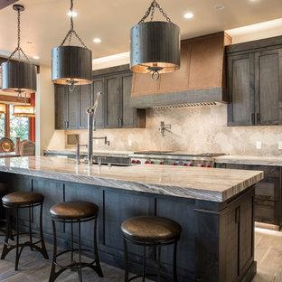 Ispirazione per una cucina a corridoio in montagna con lavello stile country, ante a filo, ante in legno bruno, paraspruzzi grigio, elettrodomestici in acciaio inossidabile, parquet scuro e pavimento marrone