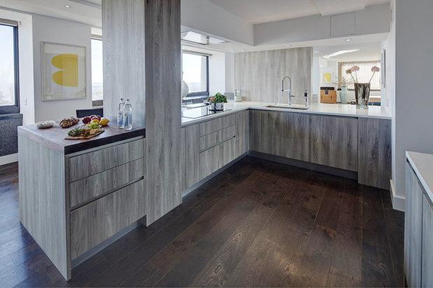 Modern Kitchen by Cesar NYC Kitchens