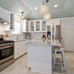 ダラスの中サイズのシャビーシック調のおしゃれなキッチン (アンダーカウンターシンク、シェーカースタイル扉のキャビネット、白いキャビネット、大理石カウンター、シルバーの調理設備の、磁器タイルの床、ベージュの床、磁器タイルのキッチンパネル、白いキッチンパネル、マルチカラーのキッチンカウンター) の写真