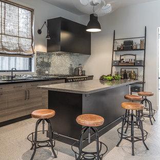 トロントのエクレクティックスタイルのおしゃれなキッチン (アンダーカウンターシンク、フラットパネル扉のキャビネット、淡色木目調キャビネット、メタリックのキッチンパネル、白い床、グレーのキッチンカウンター) の写真