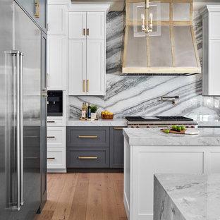 Cette photo montre une cuisine ouverte chic en L de taille moyenne avec un évier de ferme, un placard à porte shaker, des portes de placard grises, un plan de travail en quartz, une crédence multicolore, une crédence en marbre, un électroménager en acier inoxydable, un sol en bois clair, 2 îlots, un sol gris et un plan de travail bleu.