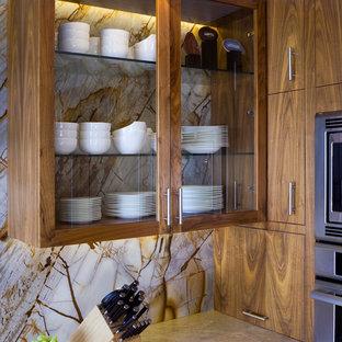Idee per una grande cucina ad U minimal con ante di vetro, ante marroni, paraspruzzi marrone, paraspruzzi in lastra di pietra, top in quarzite e pavimento in pietra calcarea