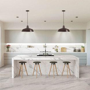 Inspiration för ett stort funkis gul linjärt gult kök och matrum, med en enkel diskho, släta luckor, grå skåp, marmorbänkskiva, vitt stänkskydd, stänkskydd i marmor, rostfria vitvaror, klinkergolv i porslin, en köksö och grått golv