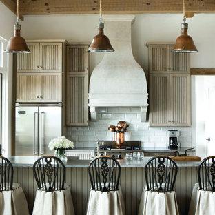 Идея дизайна: маленькая параллельная кухня в стиле кантри с светлыми деревянными фасадами, белым фартуком, фартуком из плитки кабанчик, техникой из нержавеющей стали, полуостровом, фасадами с филенкой типа жалюзи и столешницей из гранита