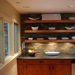 Создайте стильный интерьер: большая п-образная кухня в стиле кантри с врезной раковиной, плоскими фасадами, фасадами цвета дерева среднего тона, столешницей из гранита, разноцветным фартуком, фартуком из каменной плитки, техникой из нержавеющей стали и полом из бамбука - последний тренд