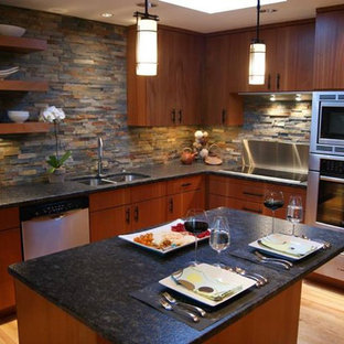 Inspiration för stora amerikanska u-kök, med en undermonterad diskho, släta luckor, skåp i mellenmörkt trä, granitbänkskiva, flerfärgad stänkskydd, stänkskydd i stenkakel, rostfria vitvaror och bambugolv
