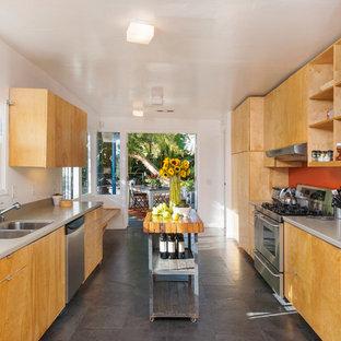Zweizeilige, Mittelgroße Retro Wohnküche mit flächenbündigen Schrankfronten, hellen Holzschränken, Quarzwerkstein-Arbeitsplatte, Küchengeräten aus Edelstahl, Schieferboden, Doppelwaschbecken, Küchenrückwand in Orange und Kücheninsel in Phoenix