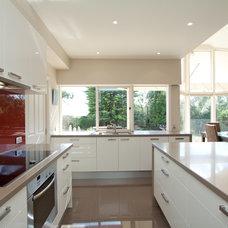 Modern Kitchen by Let's Talk Kitchens with Allan Aitken