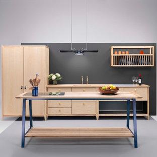 他の地域の中サイズの北欧スタイルのおしゃれなキッチン (一体型シンク、フラットパネル扉のキャビネット、淡色木目調キャビネット、木材カウンター、黒いキッチンパネル、木材のキッチンパネル、パネルと同色の調理設備、クッションフロア、グレーの床) の写真
