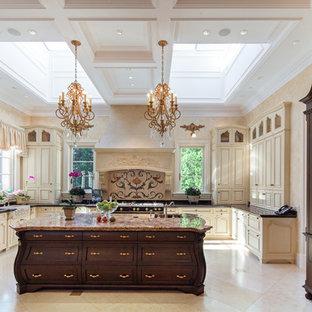 Idéer för ett mycket stort medelhavsstil kök, med integrerade vitvaror, en köksö, en rustik diskho, luckor med upphöjd panel, skåp i ljust trä, bänkskiva i onyx, flerfärgad stänkskydd och travertin golv