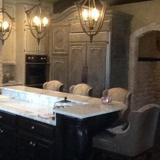 サンディエゴの中サイズのヴィクトリアン調のおしゃれなキッチン (エプロンフロントシンク、レイズドパネル扉のキャビネット、白いキャビネット、大理石カウンター、白いキッチンパネル、パネルと同色の調理設備、濃色無垢フローリング、茶色い床) の写真