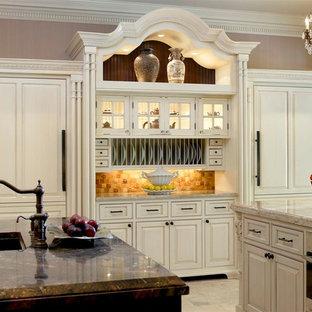 Exempel på ett avskilt klassiskt u-kök, med en integrerad diskho, luckor med infälld panel, vita skåp, granitbänkskiva, beige stänkskydd, stänkskydd i keramik, rostfria vitvaror, klinkergolv i keramik och flera köksöar