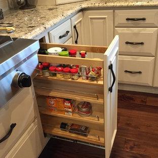 他の地域の巨大なヴィクトリアン調のおしゃれなキッチン (アンダーカウンターシンク、レイズドパネル扉のキャビネット、白いキャビネット、御影石カウンター、白いキッチンパネル、シルバーの調理設備の) の写真