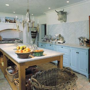 Küche mit Marmor-Arbeitsplatte, profilierten Schrankfronten, blauen Schränken, Küchenrückwand in Weiß, Rückwand aus Stein und Backsteinboden in Philadelphia