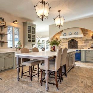 Bild på ett stort vintage kök, med en rustik diskho, skåp i shakerstil, grå skåp, bänkskiva i kvartsit, beige stänkskydd, stänkskydd i stenkakel, färgglada vitvaror, en köksö, cementgolv och brunt golv