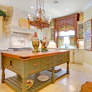 Esempio di una cucina classica con top in legno, ante con bugna sagomata, ante con finitura invecchiata, paraspruzzi bianco e paraspruzzi con piastrelle diamantate