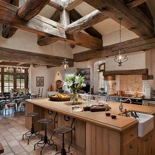 Idee per una cucina con top in cemento, lavello stile country e ante in legno scuro