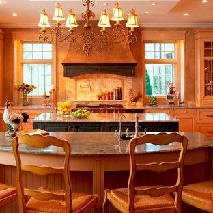 Exemple d'une cuisine en U avec un placard avec porte à panneau surélevé, des portes de placard en bois clair, une crédence beige, un électroménager encastrable et un plan de travail vert.