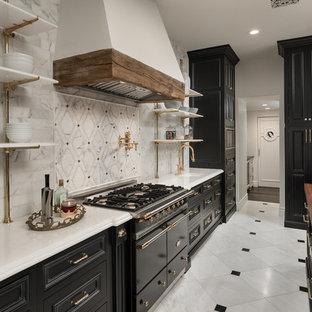 フェニックスの巨大なカントリー風おしゃれなキッチン (エプロンフロントシンク、落し込みパネル扉のキャビネット、黒いキャビネット、木材カウンター、マルチカラーのキッチンパネル、大理石の床、パネルと同色の調理設備、大理石の床、マルチカラーの床、マルチカラーのキッチンカウンター) の写真