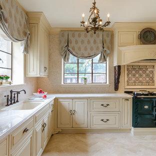 Geschlossene, Mittelgroße Klassische Küche ohne Insel in L-Form mit profilierten Schrankfronten, beigen Schränken, Quarzit-Arbeitsplatte, Küchenrückwand in Beige, Kalk-Rückwand, bunten Elektrogeräten, Kalkstein und beigem Boden in Richmond