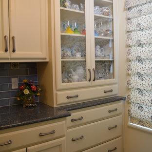 他の地域の小さい地中海スタイルのおしゃれなキッチン (アンダーカウンターシンク、フラットパネル扉のキャビネット、ベージュのキャビネット、クオーツストーンカウンター、青いキッチンパネル、セラミックタイルのキッチンパネル、白い調理設備、セラミックタイルの床、アイランドなし、青い床、グレーのキッチンカウンター) の写真