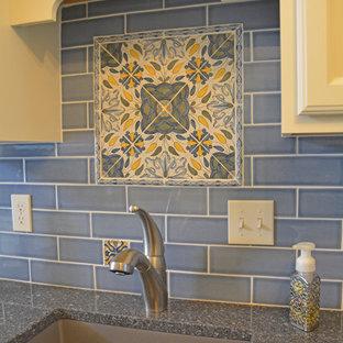 Стильный дизайн: маленькая параллельная кухня в средиземноморском стиле с обеденным столом, врезной раковиной, плоскими фасадами, бежевыми фасадами, столешницей из кварцевого агломерата, синим фартуком, фартуком из керамической плитки, белой техникой, полом из керамической плитки, синим полом и серой столешницей без острова - последний тренд