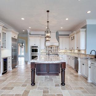 ワシントンD.C.の大きいカントリー風おしゃれなキッチン (アンダーカウンターシンク、落し込みパネル扉のキャビネット、御影石カウンター、茶色いキッチンパネル、シルバーの調理設備の) の写真