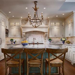 Bild på ett avskilt, stort u-kök, med en rustik diskho, luckor med upphöjd panel, beige skåp, vitt stänkskydd, integrerade vitvaror, mörkt trägolv, en köksö, bänkskiva i kvarts och stänkskydd i glaskakel