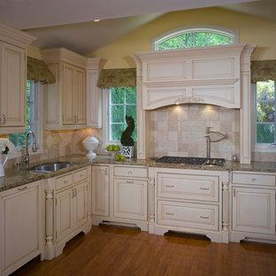 Пример оригинального дизайна: п-образная кухня в современном стиле с врезной раковиной, фасадами с выступающей филенкой, белыми фасадами, мраморной столешницей, разноцветным фартуком, фартуком из цементной плитки, полом из бамбука, коричневым полом и разноцветной столешницей