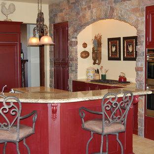 サンフランシスコの地中海スタイルのおしゃれなキッチン (赤いキャビネット) の写真