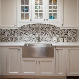 アルバカーキの中サイズのカントリー風おしゃれなキッチン (エプロンフロントシンク、インセット扉のキャビネット、白いキャビネット、クオーツストーンカウンター、白いキッチンパネル、テラコッタタイルのキッチンパネル、シルバーの調理設備の、テラコッタタイルの床、アイランドなし) の写真
